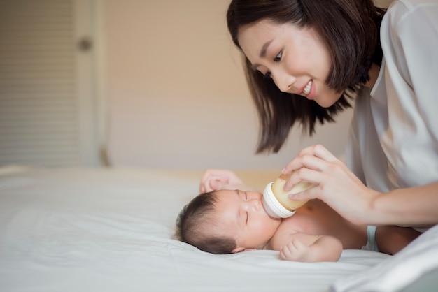 La neonata sta bevendo latte da sua madre Foto Premium