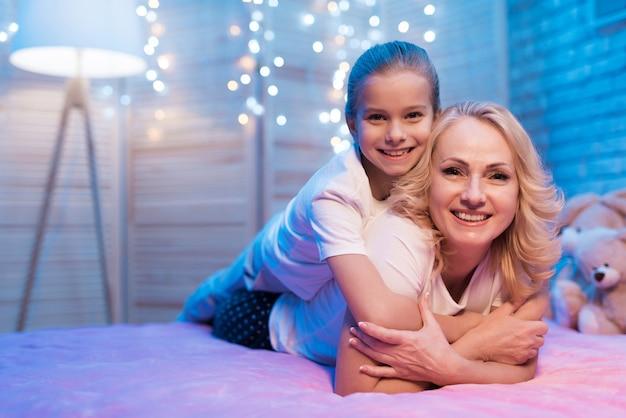 La nonna con la ragazza si abbracciano di notte Foto Premium