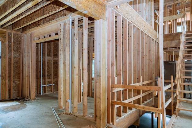 La nuova costruzione della casa della costruzione della trave ha incorniciato il terreno Foto Premium