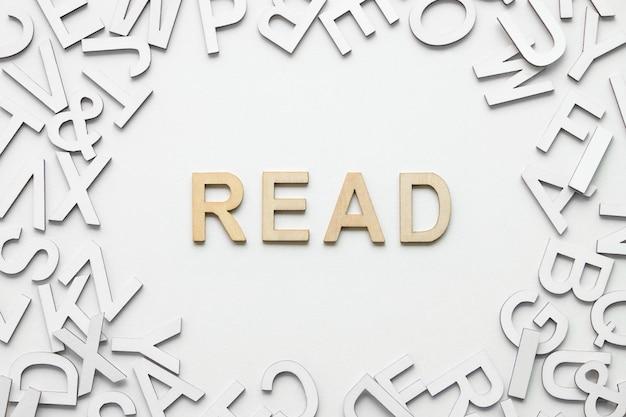 La parola ha letto l'alfabeto di legno su bianco Foto Premium
