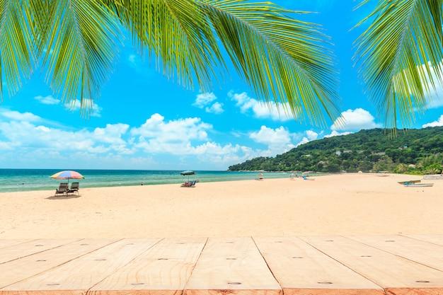 La parte superiore del tavolo di legno davanti alla spiaggia bianca. Foto Premium