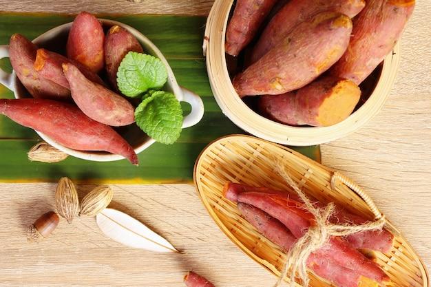 La patata dolce ha bollito delizioso su fondo di legno Foto Premium