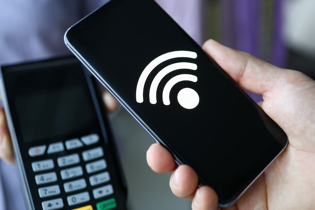 La persona paga per l'acquisto tramite l'applicazione mobile Foto Premium