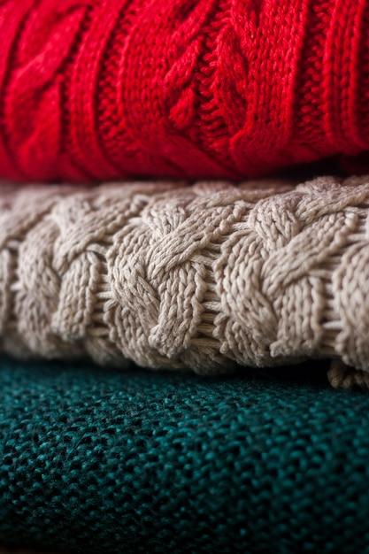 La pila di maglioni tricottati caldi si chiude su. Foto Premium