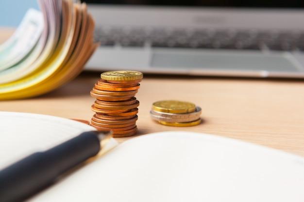 La pila di risparmio conia il concetto dei soldi. grafico, documento grafico da vicino Foto Premium