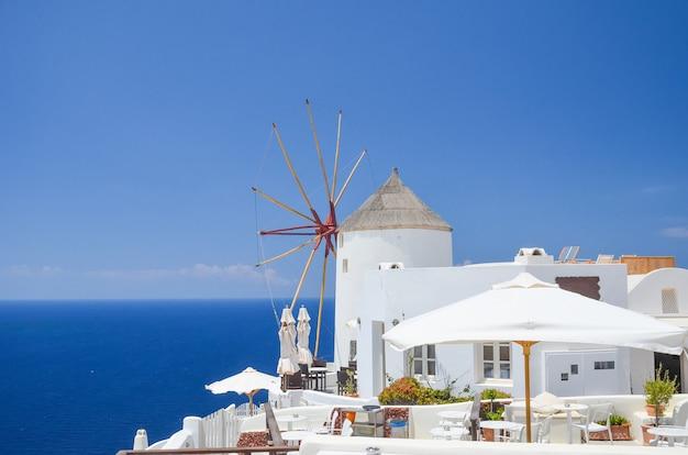 La pittoresca cittadina sulla collina sull'isola di santorini Foto Premium