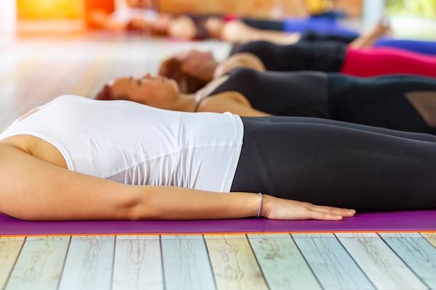 La posa di shavasana o corpo è la fine di una lezione di yoga o di una pratica. Foto Premium