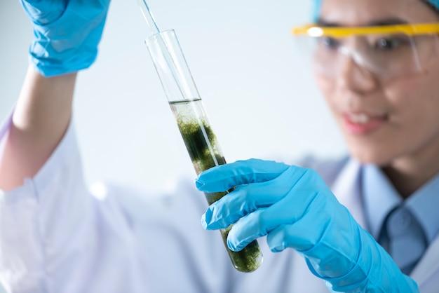 La produzione di biodiesel è il processo di produzione del biocarburante Foto Premium