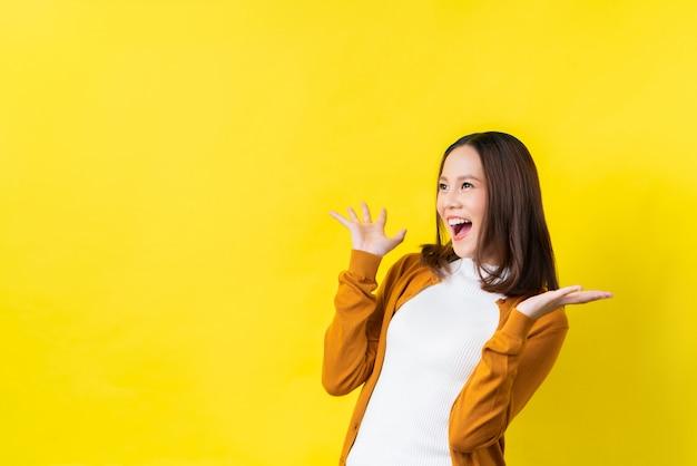 La ragazza asiatica è sorpresa Foto Premium