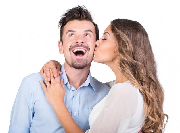 La ragazza bacia il ragazzo, foto isolata Foto Premium
