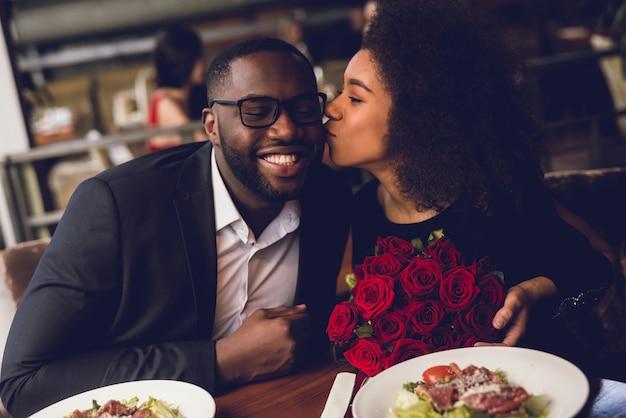 La ragazza bacia il ragazzo sulla guancia. Foto Premium