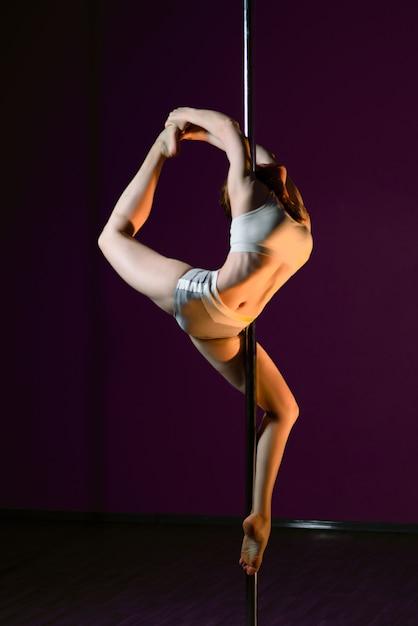 La ragazza balla vicino al palo Foto Premium