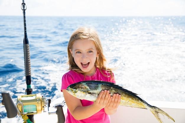 La ragazza bionda del bambino che pesca dorado mahi-mahi pesca il fermo felice Foto Premium