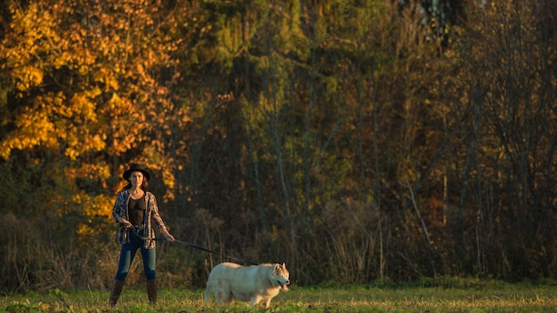 La ragazza cammina con husky Foto Gratuite