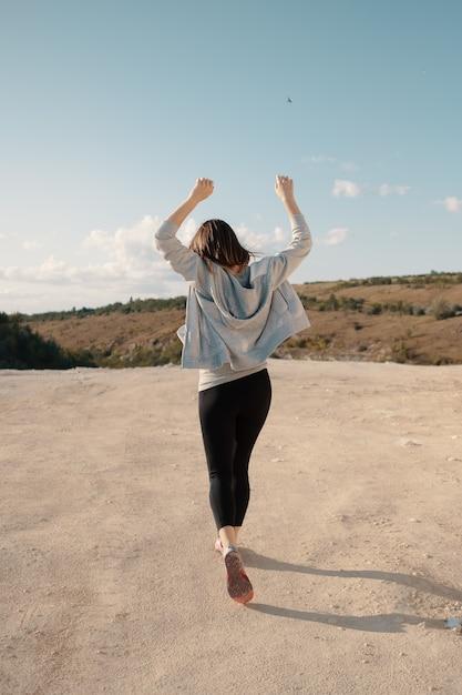 La ragazza cammina in una serata estiva soleggiata di carriera Foto Gratuite