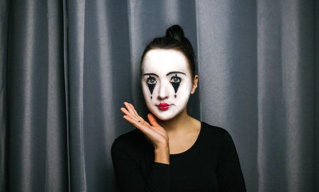 La ragazza con il trucco del mimo. improvvisazione. Foto Premium