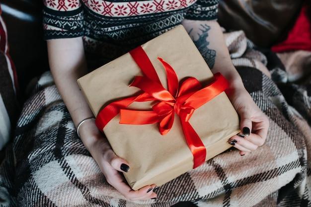 La ragazza con un regalo in grembo Foto Gratuite