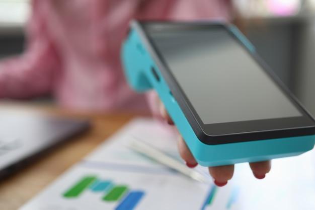 La ragazza dà il terminale portatile per la carta di pagamento Foto Premium