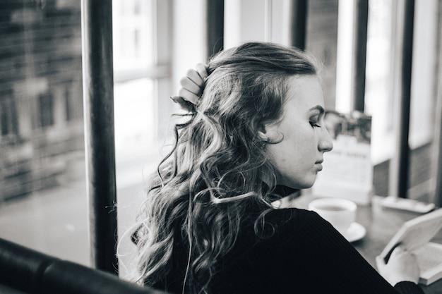 La ragazza del bar, una studentessa o una direttrice, si incontrano con gli amici nei bar, caffè e coffee break Foto Premium