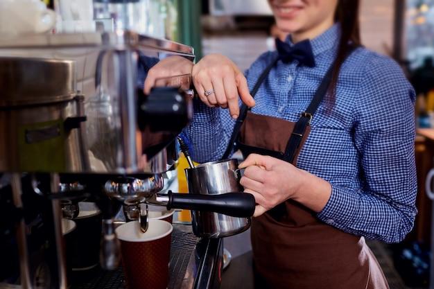 La ragazza del barista del barista che produce caffè sul posto di lavoro Foto Premium