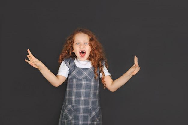 La ragazza della scuola che mostra l'espressione facciale di emozione di avversione e la mano si alzano per fermarsi o proteggere Foto Premium