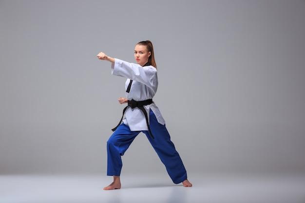 La ragazza di karate con cintura nera Foto Gratuite