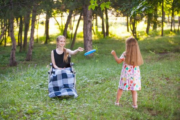 La ragazza disabile gioca a badminton. Foto Premium