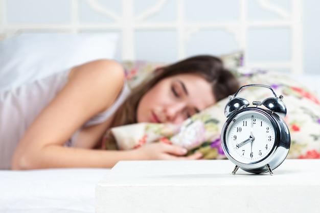 La ragazza dorme nel letto Foto Gratuite