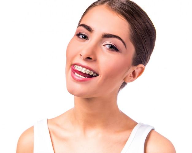 La ragazza è in piedi e sorridente. Foto Premium
