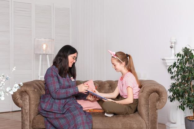 La ragazza estrae la matita con la matita su carta insieme a un medico Foto Premium