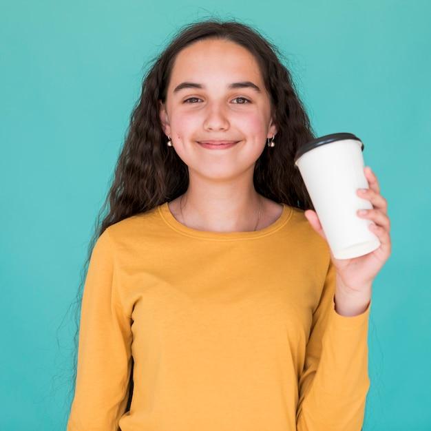 La ragazza felice che la tiene beve Foto Gratuite