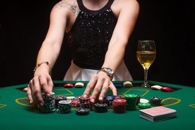 La ragazza gioca a poker e genera scommesse con fiche Foto Premium