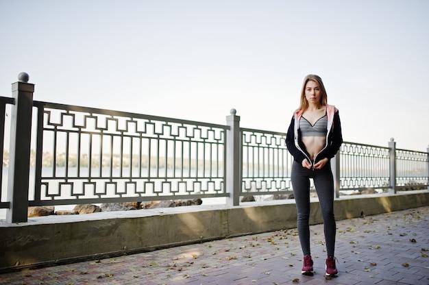 La ragazza ha l'addestramento e fare esercizio all'aperto Foto Premium
