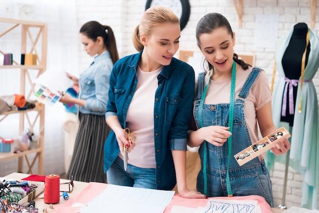 La ragazza offre pulsanti di design tra cui scegliere. Foto Premium