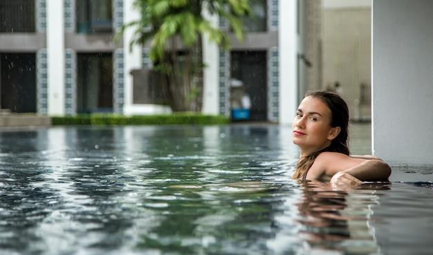 La ragazza si rilassa in piscina Foto Gratuite