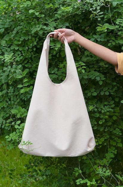 La ragazza tiene in mano una borsa di tela Foto Premium