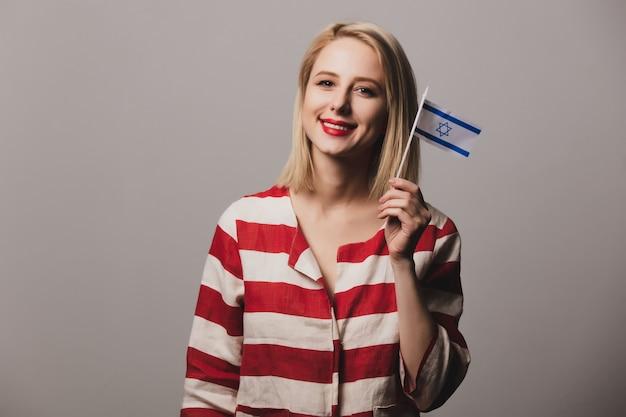 La ragazza tiene la bandiera di israele Foto Premium