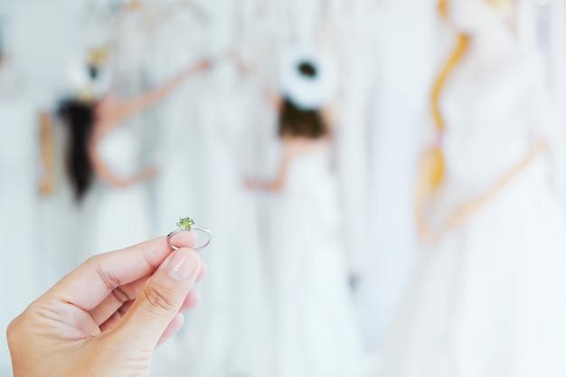 La ragazza tiene la fede nuziale. Foto Premium