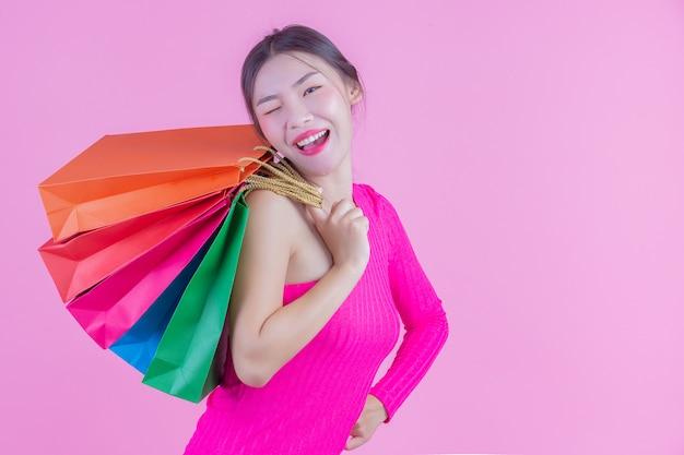 La ragazza tiene una moda shopping bag e bellezza Foto Gratuite