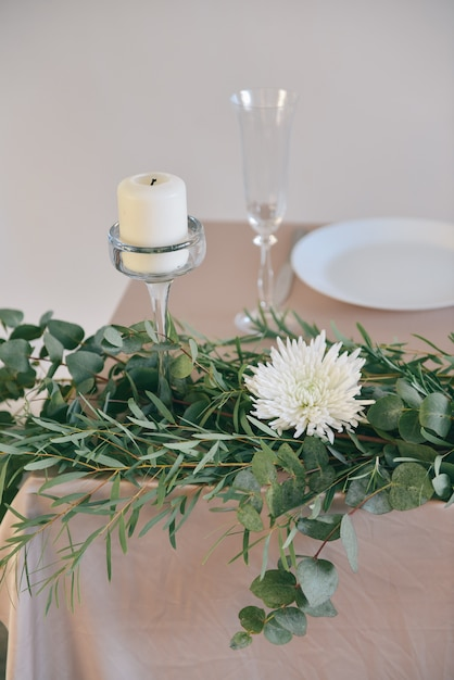 La regolazione della tabella fiorisce la decorazione di cerimonia nuziale, fiori di autunno Foto Premium