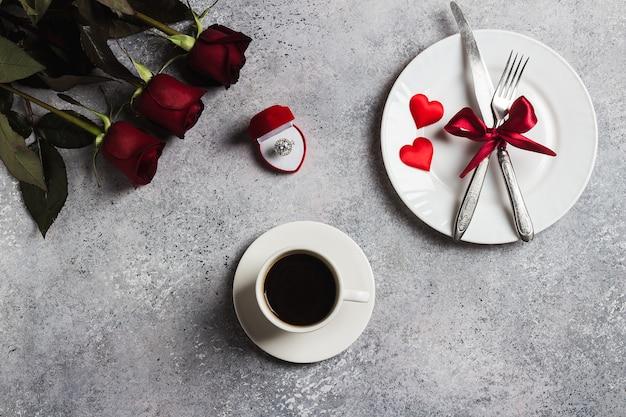 La regolazione romantica della tavola di giorno di san valentino mi sposa l'anello di fidanzamento di nozze Foto Gratuite