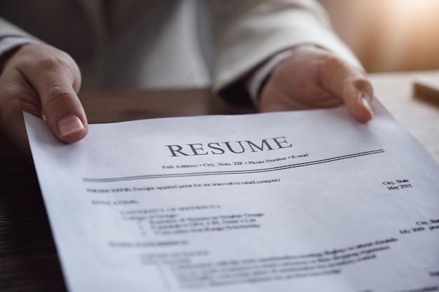 La revisione contabile riprende il documento del richiedente e intervista al richiedente la selezione delle risorse umane per l'azienda. Foto Premium