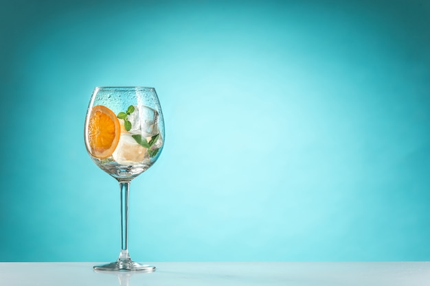 La rosa cocktail esotici e frutta su sfondo blu Foto Gratuite