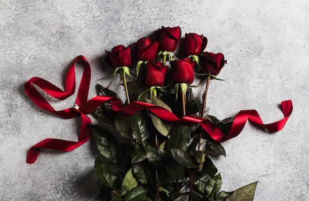 La rosa rossa di giorno di madri delle donne di giorno di biglietti di s. valentino con la sorpresa del regalo del cuore del nastro Foto Gratuite