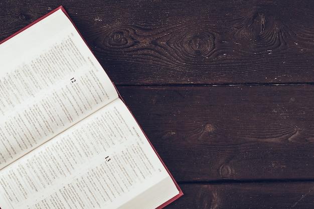 La sacra bibbia su uno sfondo di tavolo in legno Foto Premium