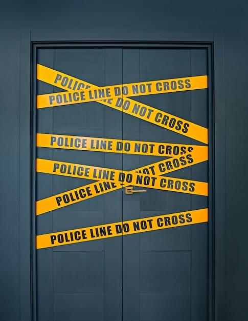 La scena del crimine a porta chiusa con strisce gialle testo la linea di polizia non attraversa Foto Premium