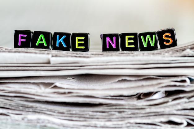 La scritta notizie false sulla pila di giornali. Foto Premium