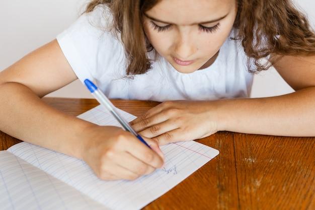 La scuola studentessa insegna lezioni, compiti per la scuola, la scuola Foto Premium