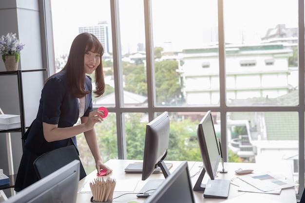 La signora dell'ufficio è bella asiatica in ufficio moderno Foto Premium