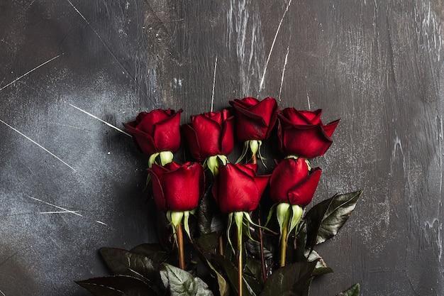 La sorpresa del regalo della rosa rossa di giorno delle madri delle donne di giorno di biglietti di s. valentino su buio Foto Gratuite